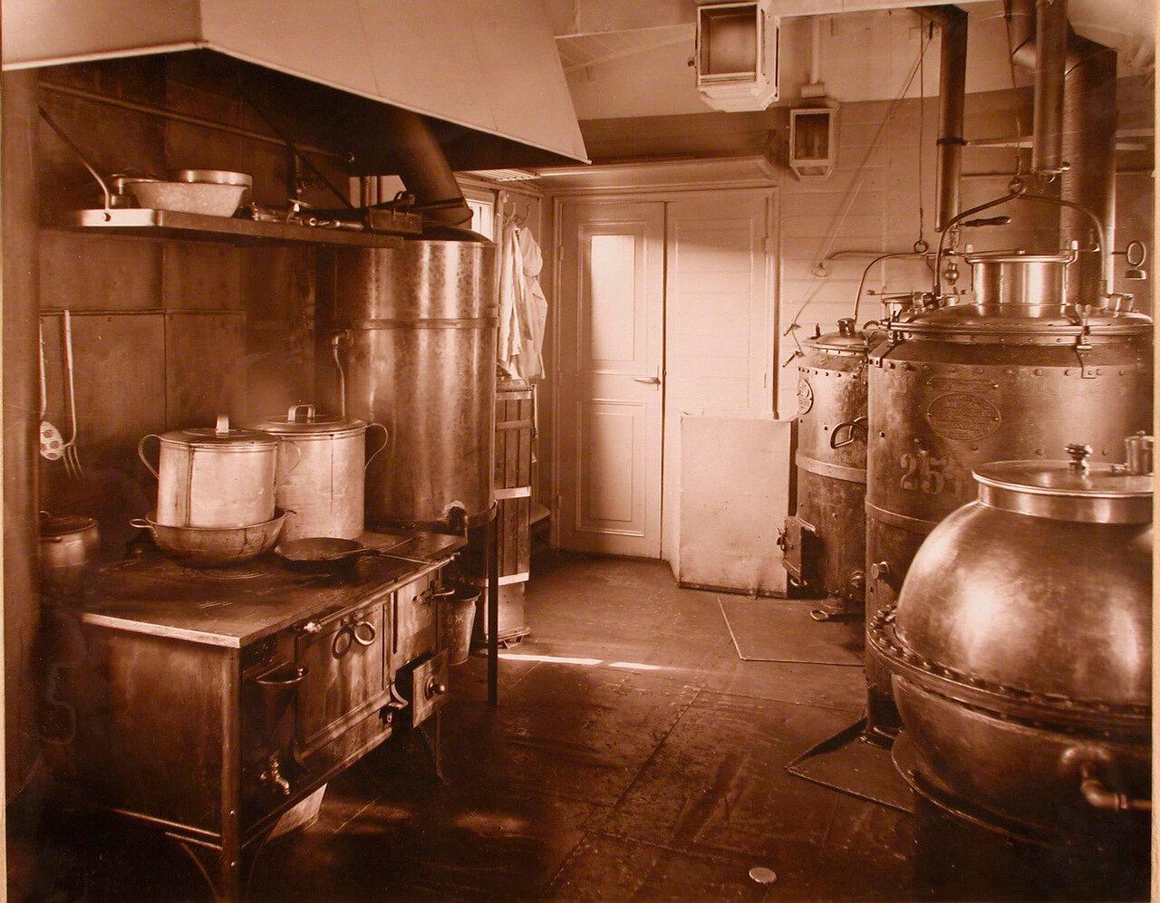 10. Внутренний вид вагона-кухни военно-санитарного поезда
