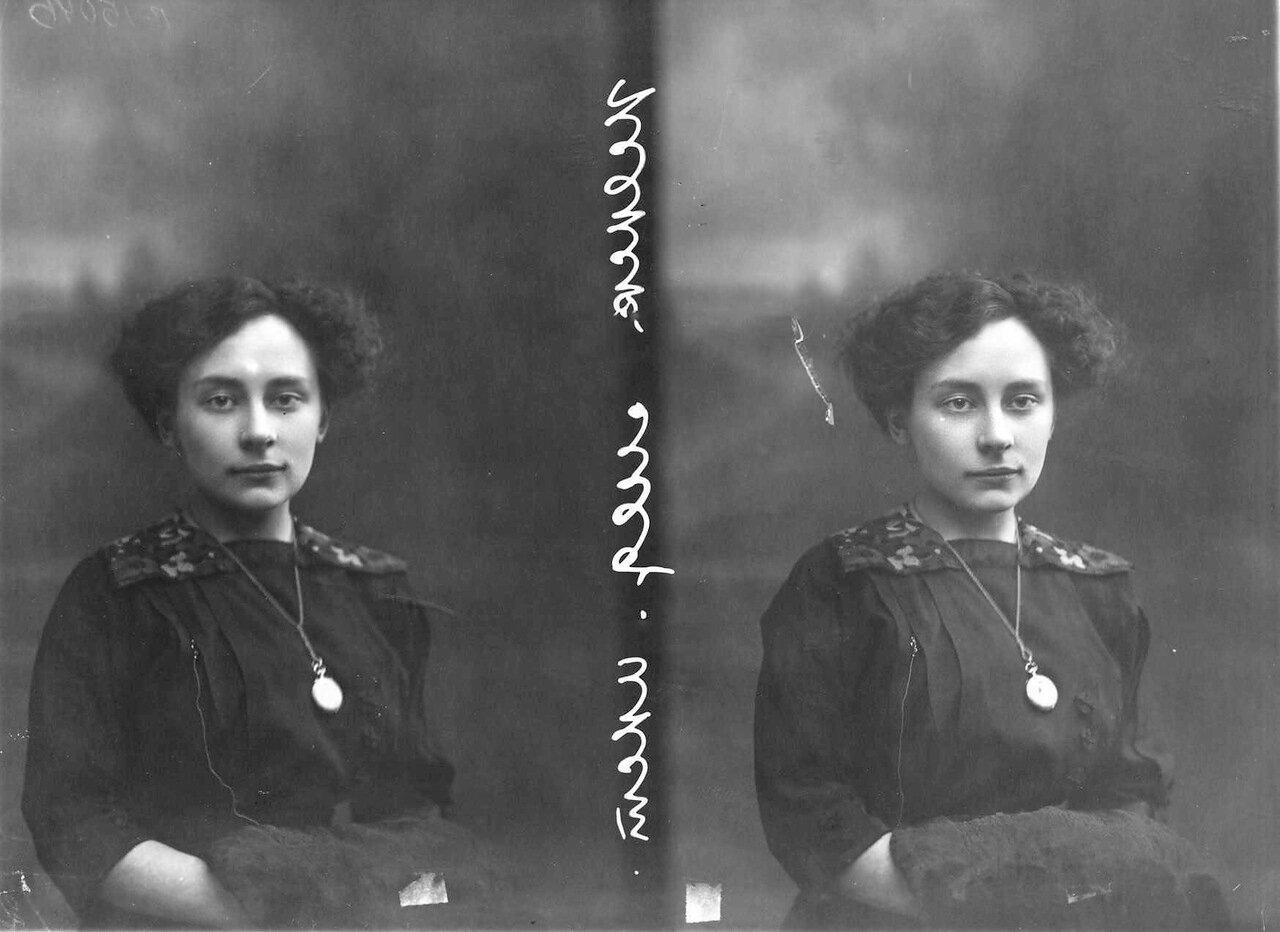 Попова - студентка женского медицинского института