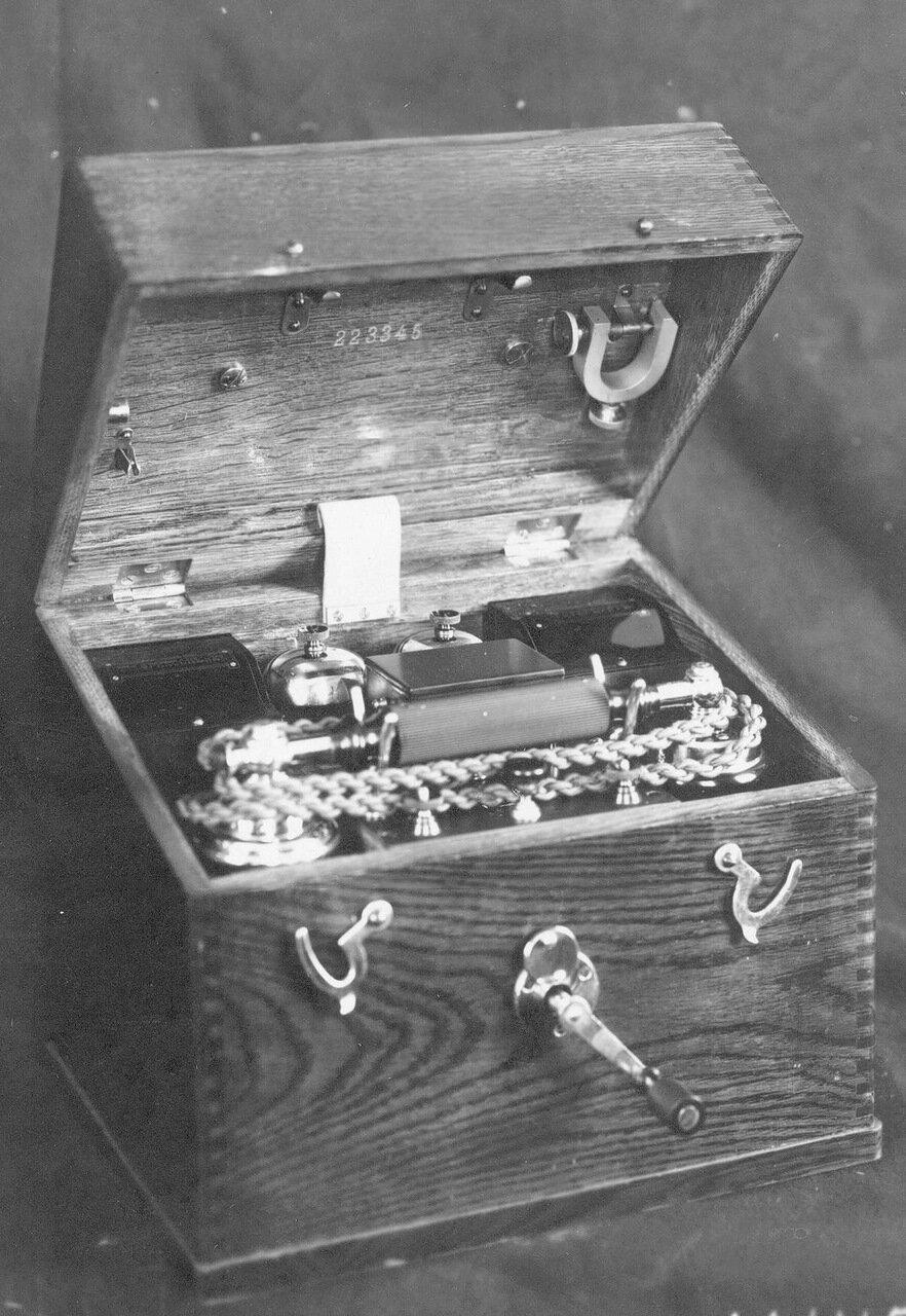 08. Внешний вид переносного индукторного телефонного аппарата, служащего для специального пользования