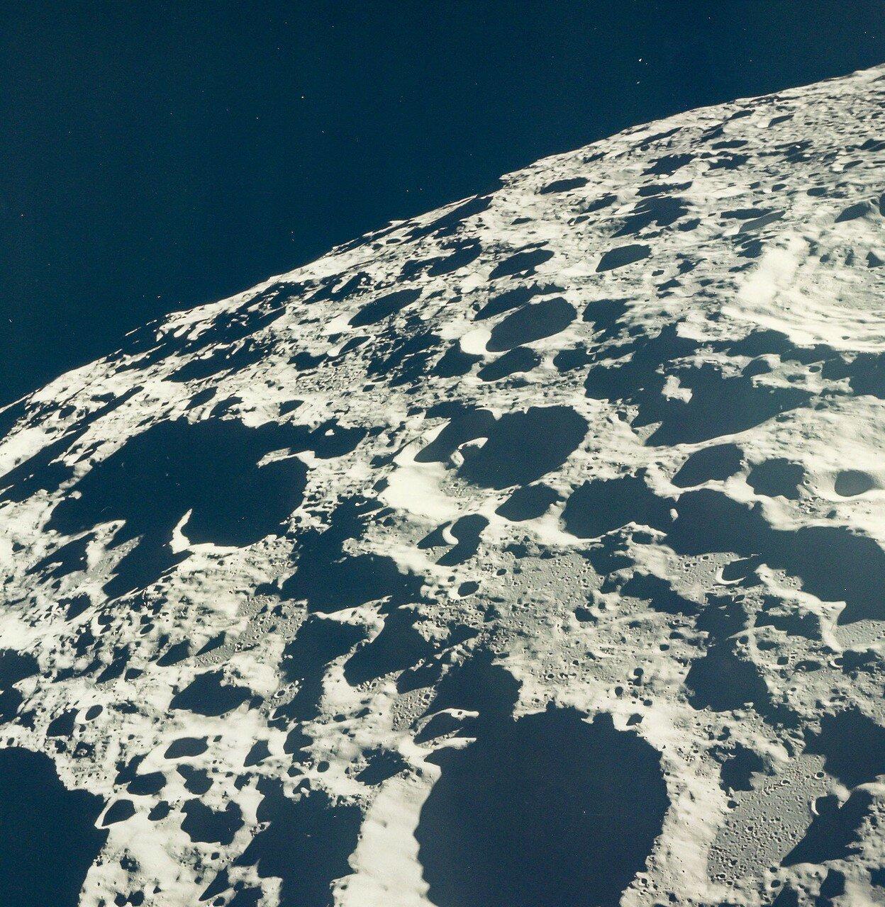 Примерно через час после взлёта, когда оба корабля находились над обратной стороной Луны, Армстронг включил двигатели системы ориентации. На снимке: Обратная сторона Луны
