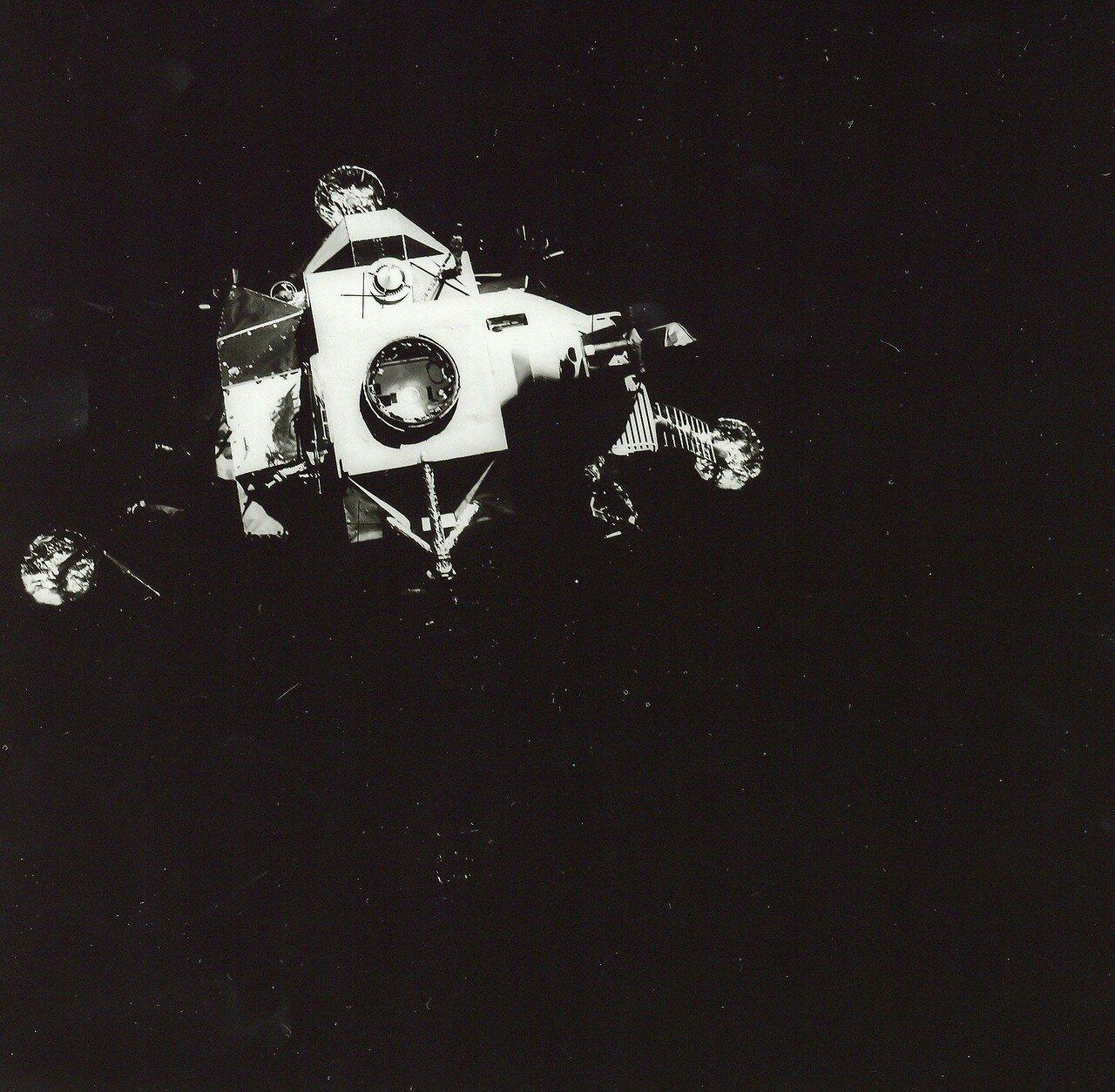 После отработки различных вариантов на Земле было принято решение развернуть корабль на 45 градусов по отношению к направлению своего движения. Затем с помощью двигателей системы ориентации лунного модуля сообщить импульс по оси корабля