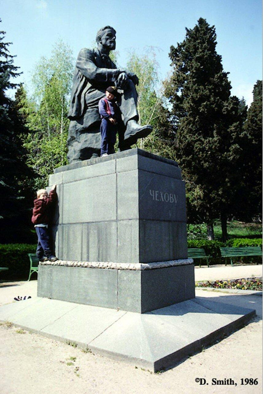 Крым. Ялта. Дети залазят на памятник Чехову