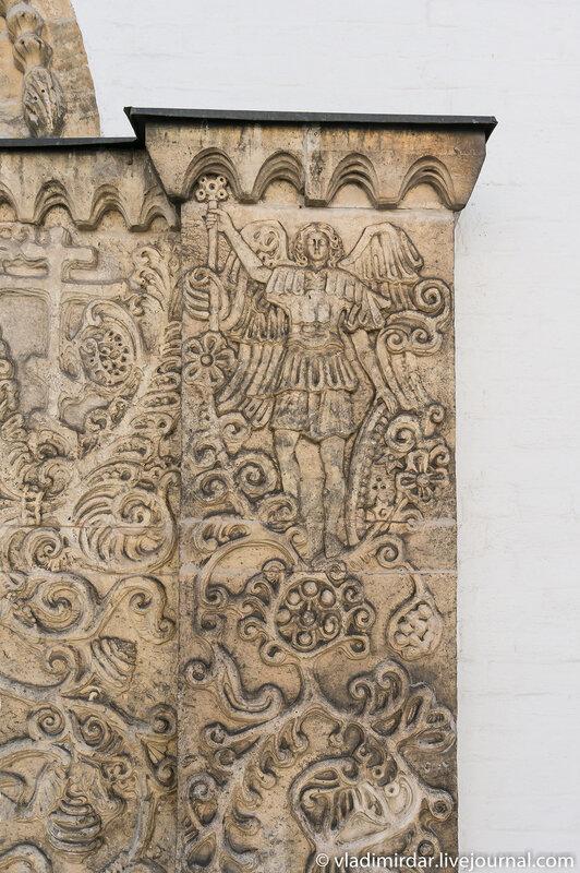 Фигура ангела. Фрагмент декора Северных врат Покровского собора.