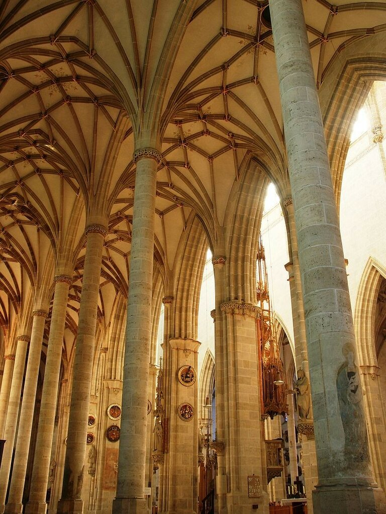 800px-Catedral_d'Ulm_-_interior2.jpg