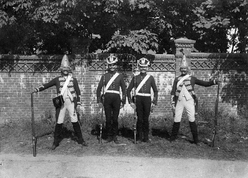 Гренадеры в исторической форме 1898.jpg