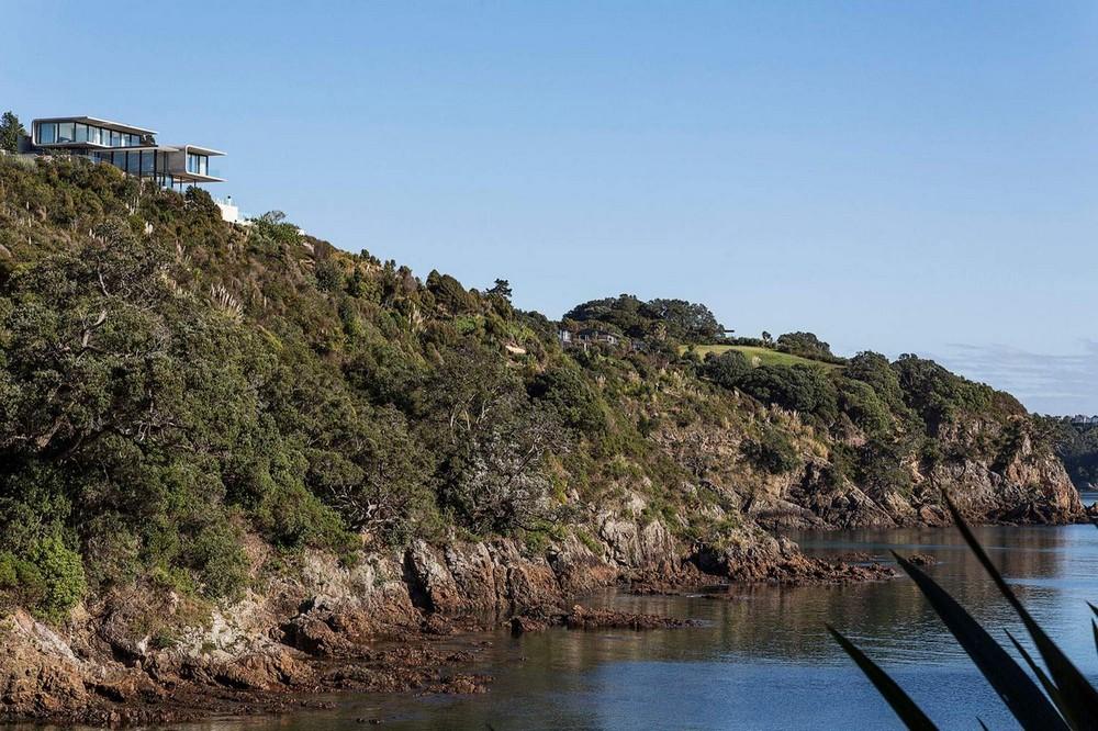 Бетонный особняк на краю скалистой бухты в Новой Зеландии