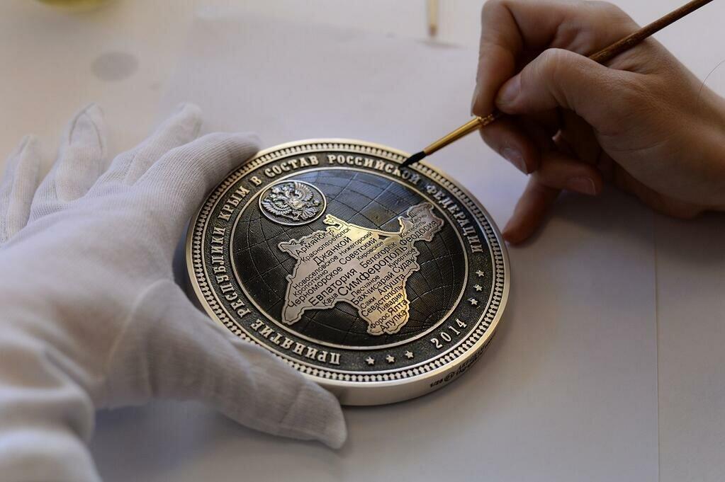 Коллекционные монеты в честь присоединения Крыма презентованы в Златоусте