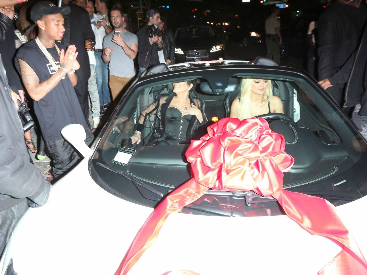 Кайли Дженнер подарили Ferrari
