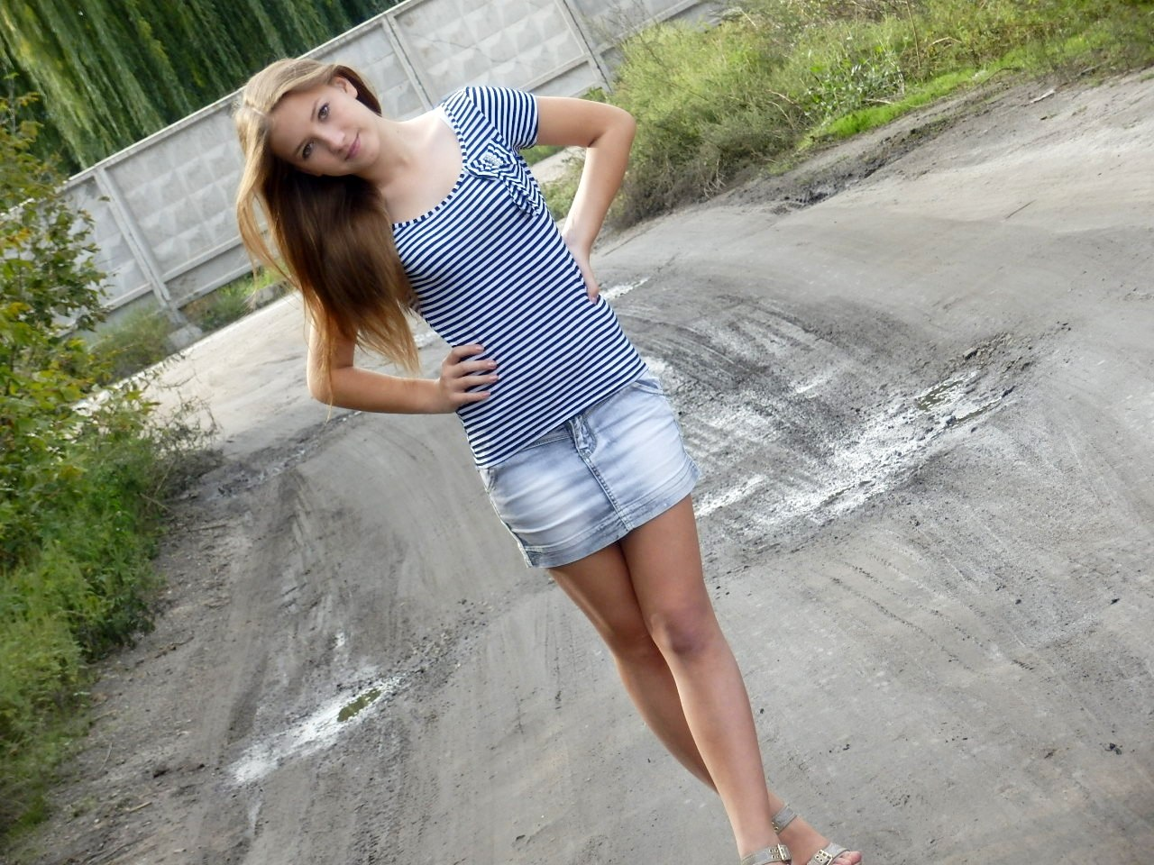 Фото девушка в джинсовой юбке 24 фотография