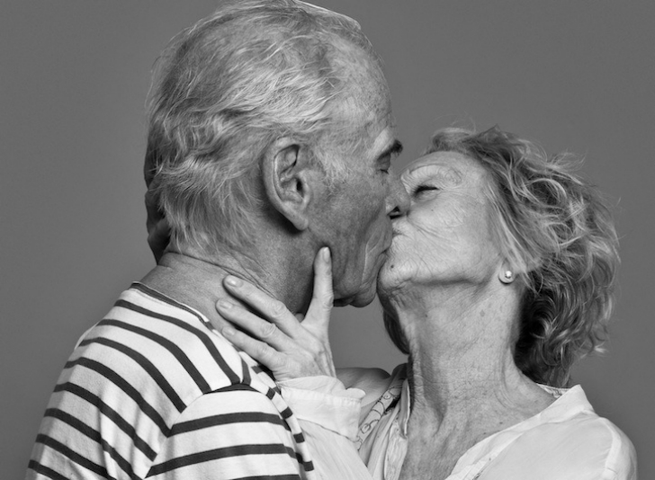 На фото просто друзья или влюбленная пара? Фотопроект о поцелуе от Бена Ламберти