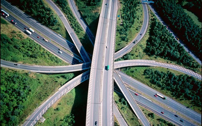 16. Соединение шоссе М23-М25 с земли выглядит совсем по-другому. За рулем ты не замечаешь его изгибы