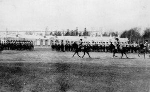 Вынос полковых штандартов во время парада полка.