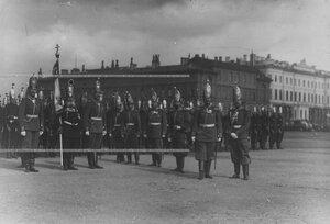 Офицерский состав полка у полкового знамени перед началом парада на Марсовом поле.