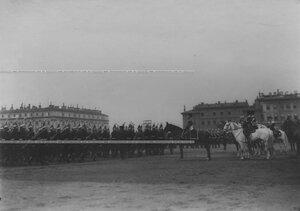 Солдаты полка проходят церемониальным маршем во время парада на Марсовом поле.