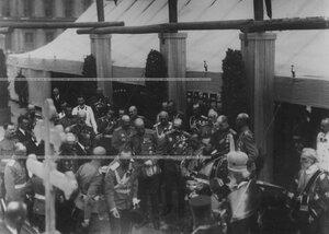 Император Николай II  и сопровождающие его лица на  закладке новых казарм  полка.