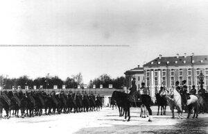 Император Николай II принимает парад полка.
