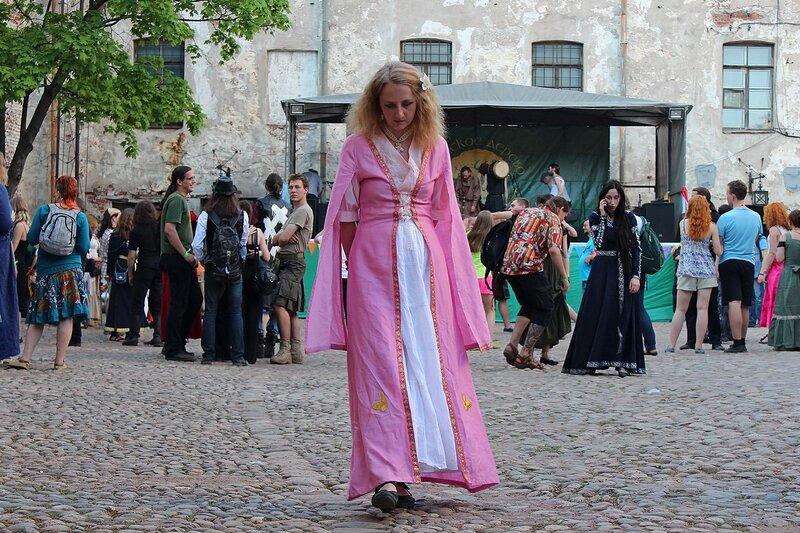дама в средневековом платье на фестивале «Майское дерево 2014»