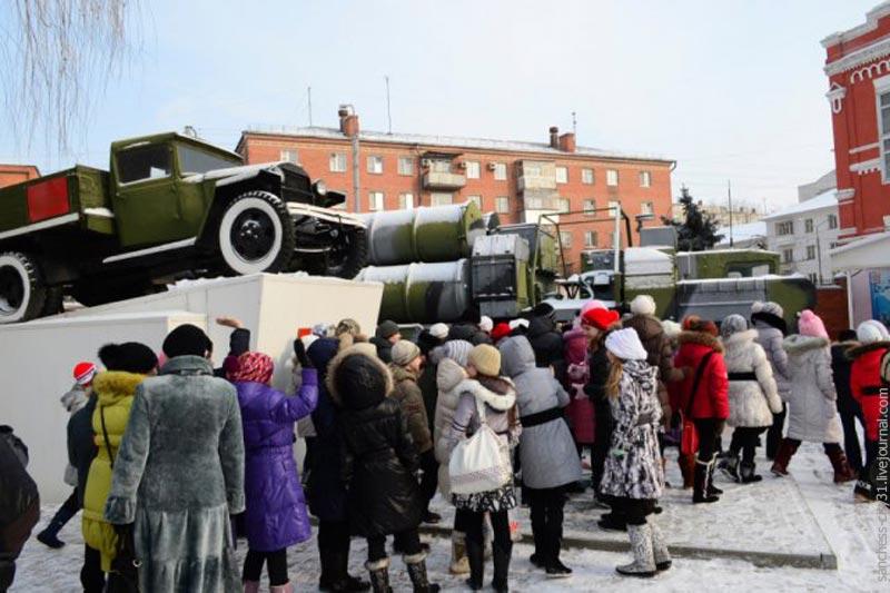 Школьная экскурсия на территории В/Ч - автомобиль-памятник ГАЗ-АА и автомобиль-экспонат МАЗ