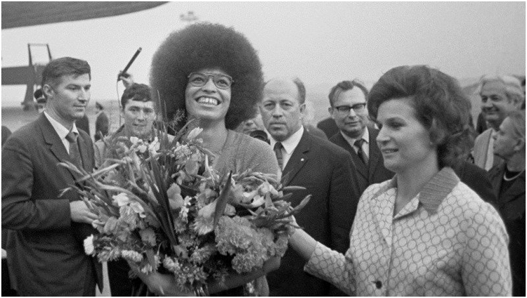 Валентина Терешкова встречает Анджелу Дэвис в Москве 1972 год