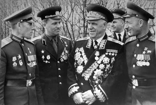4-Жуков вместе с Егоровым и Кантарией.jpg