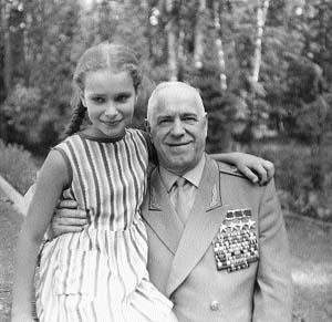 5-Мария Жукова в детстве с отцом.jpg