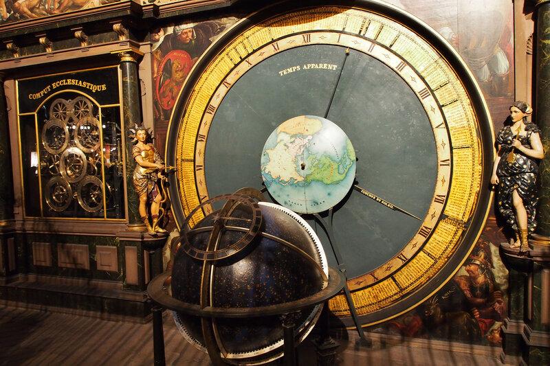 Страсбургский собор. Астрономические часы. Слева девушка-день, справа - девушка-ночь