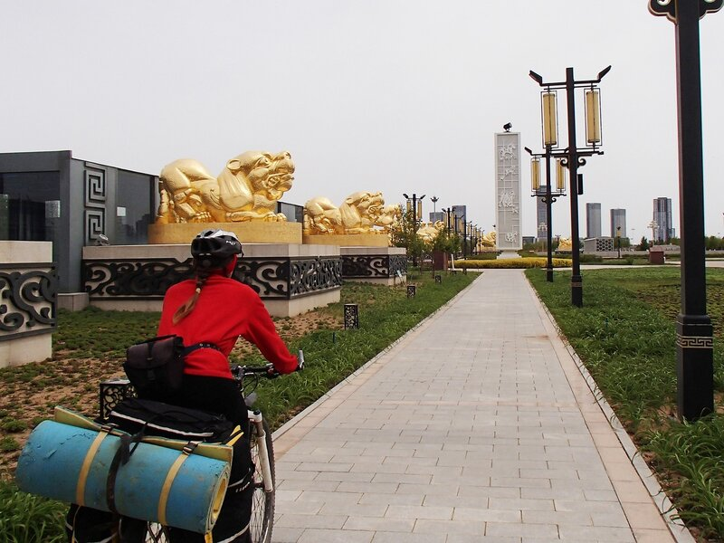 золотые львы в городе Ордос, Внутренняя Монголия, Китай