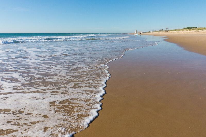 пустой песчаный пляж в трафальгаре на берегу света (costa del luz) в январе