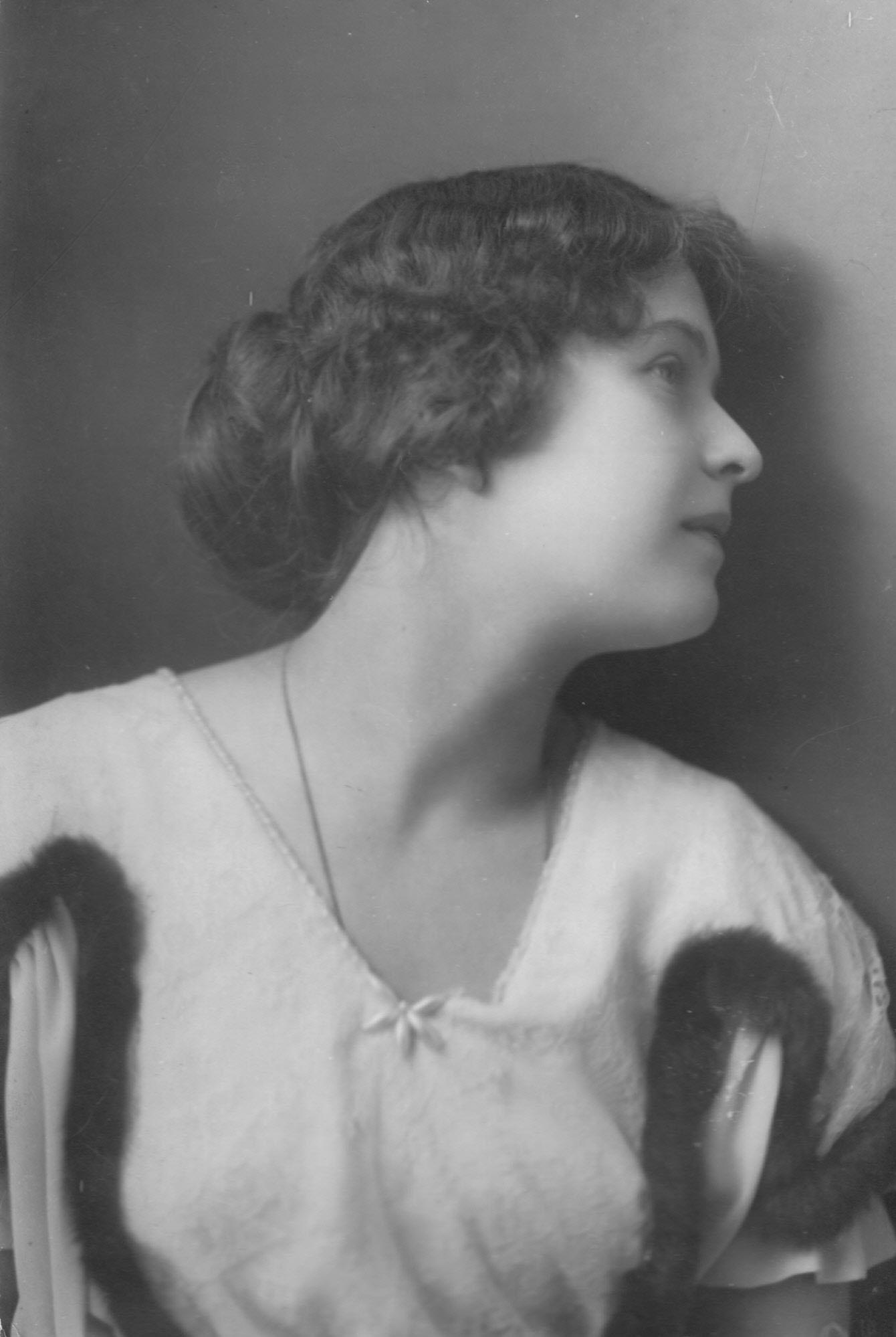 17. Евгения Михайловна Вольф-Израэль (по мужу Вивьен; 21 декабря 1895 (2) января 1896 год — 9 ноября 1975) — советская театральная актриса, народная артистка РСФСР.