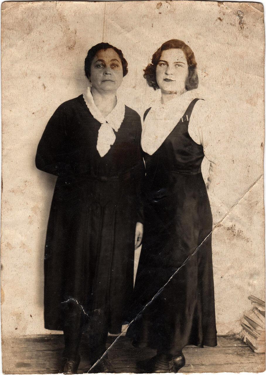 1939. Жители Староконстантинова. Костина (Окончук) Надежда Семеновна и ее дочь Люба
