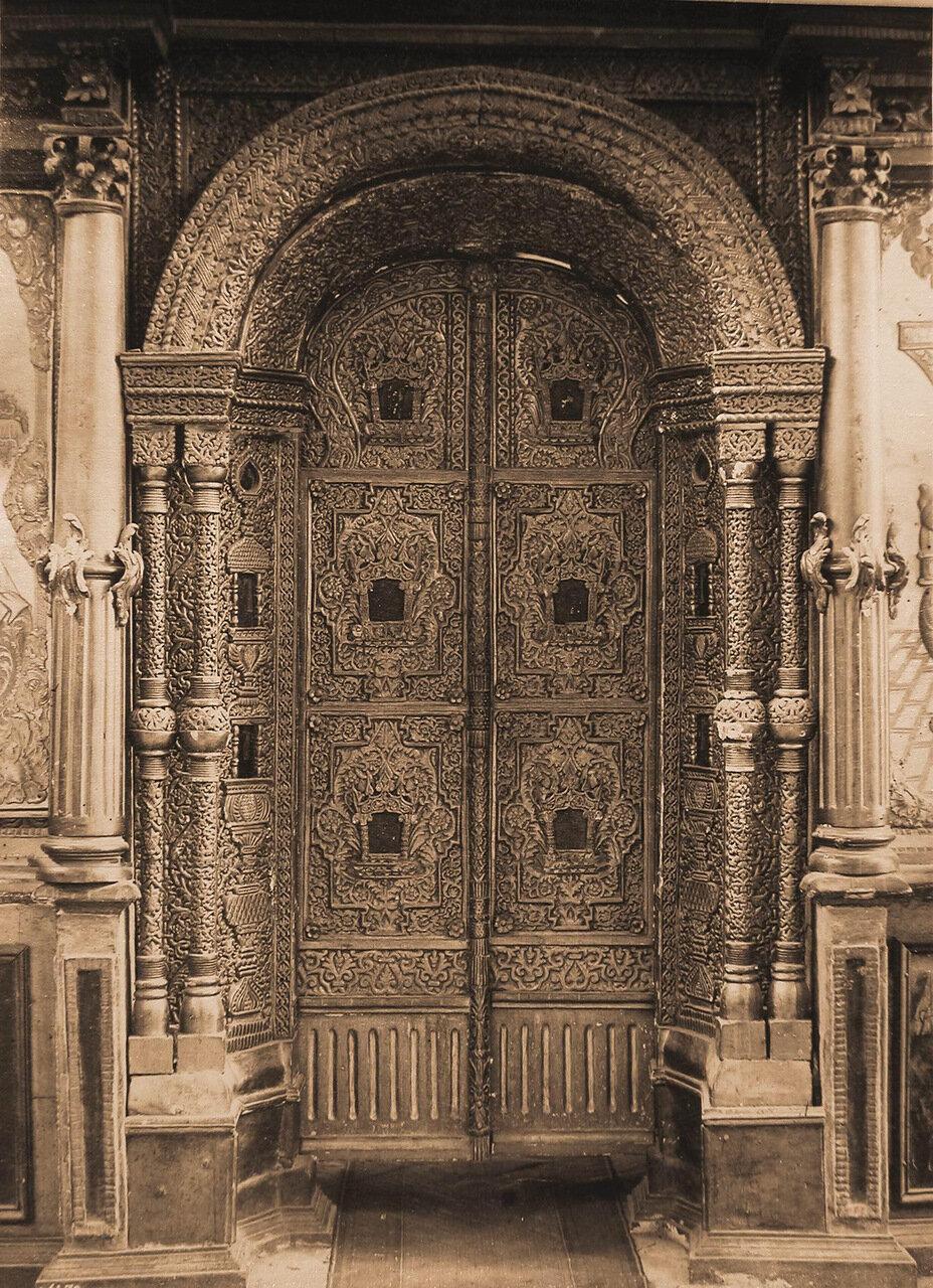 Вид на деревянные резные царские врата в Введенской церкви