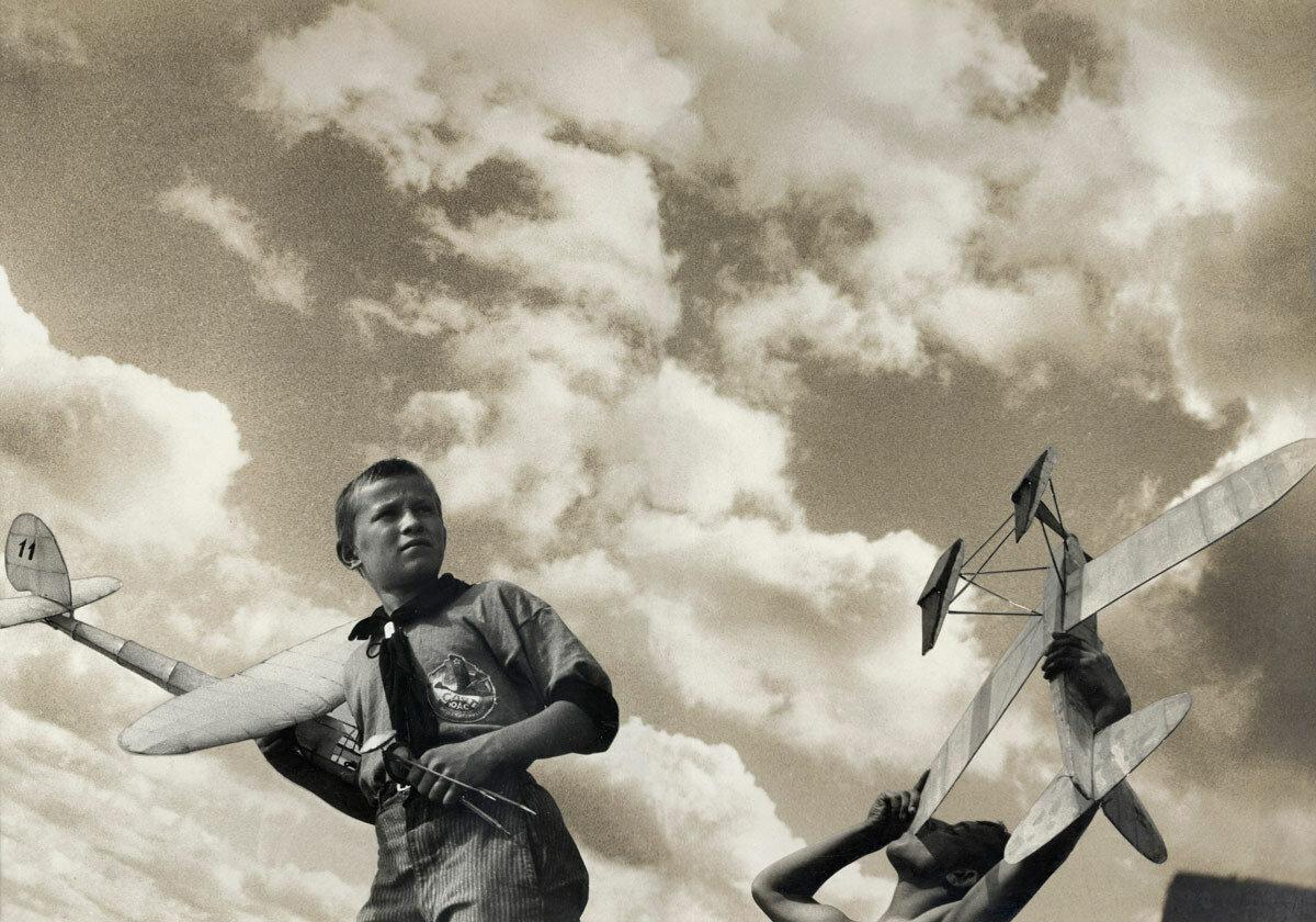 1933. Молодые авиамоделисты