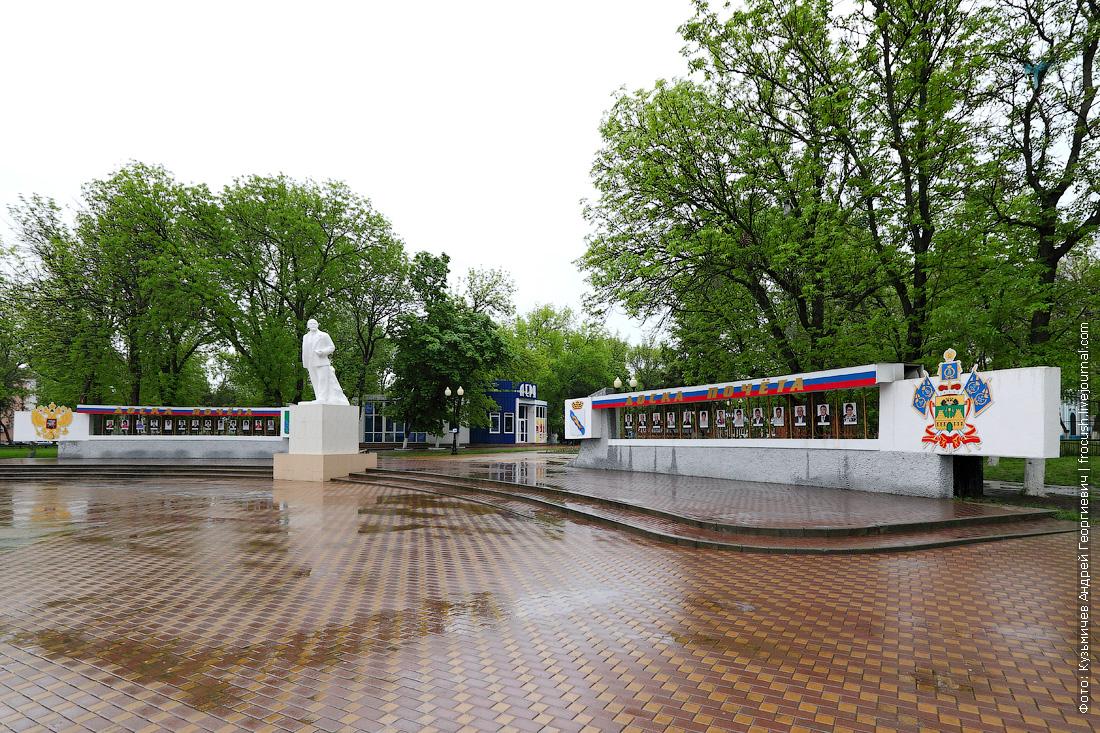 Памятник Ленину и доска почета