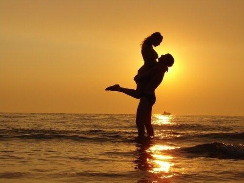 Силуэт влюблённой пары