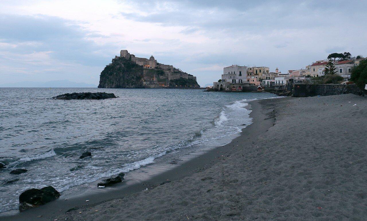 Искья, Арагонский замок и пляж Пескатори