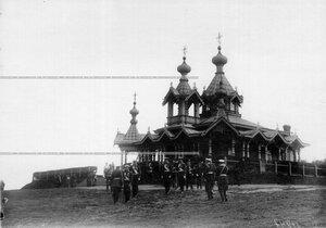 Император Николай II во время беседы с командиром полка генерал-майорм бароном К.О. Розеном во время летнего сбора у церкви святого благоверного князя Александра Невского.