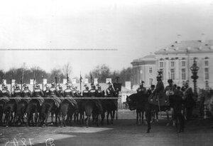 Подразделение полка проходит по плацу церемониальным маршем мимо императора Николая II.