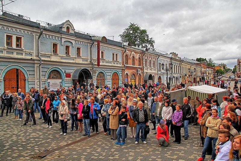 Улица Спасская и зрители на фестивале «Джаз над Вяткой» в HDR