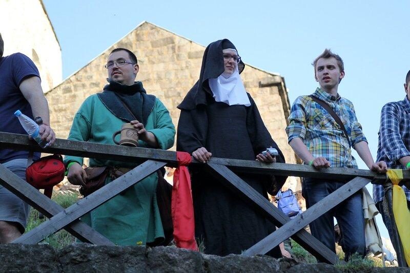 монах и монашка на вехнем ярусе замка - фестиваль «Майское дерево 2014»