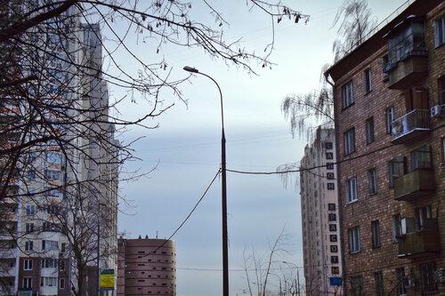 Городская сцена с участием стройного столба