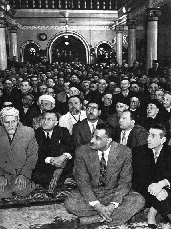 Гамаль Абд ан-Насер в мечети 1957.jpg
