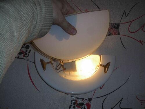 Фото 6. Проверка показала, что светильник снова работает. Теперь можно устанавливать стеклянный рассеиватель.