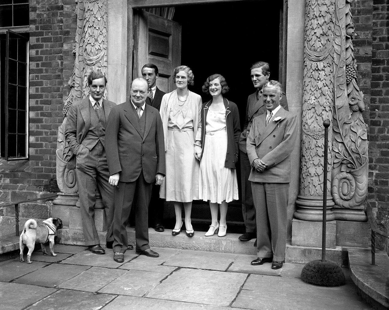 1931. Уинстон Черчилль и Чарли Чаплин (справа)