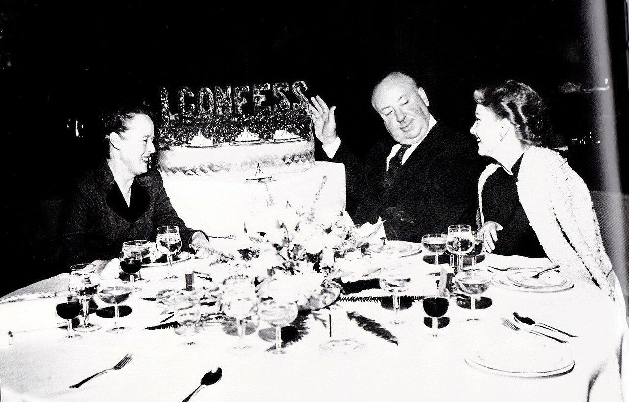 1953. Алма Ревилль и Альфред Хичкок и Энн Бакстер на премьере фильма «Я исповедуюсь»