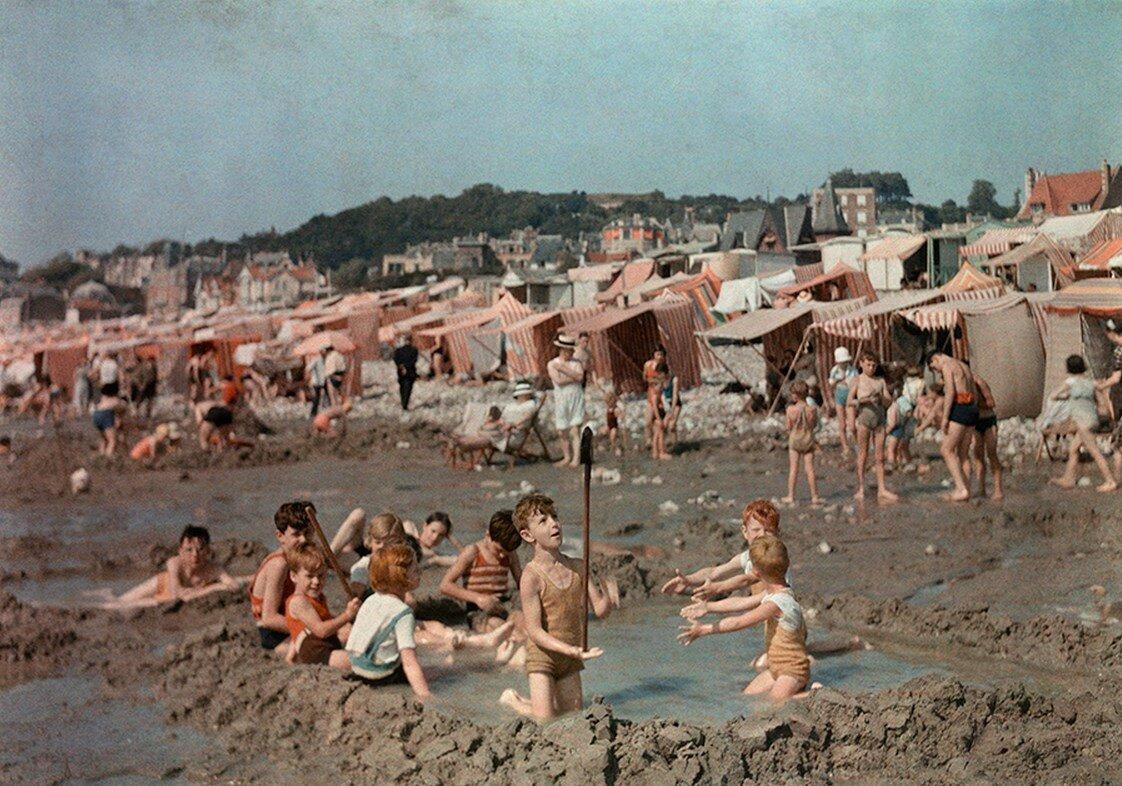 1936. Франция. Дети играют в песке на пляже в Гавре