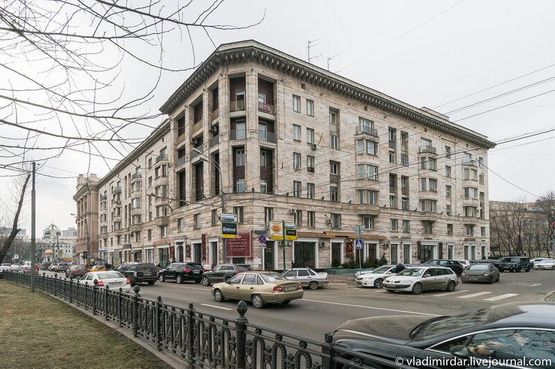 Шестиэтажный дом с двухэтажным мезонином построен в 1949 году для военнослужащих по проекту архитекторов К. Д. Кисловой и Н. Н. Селиванова