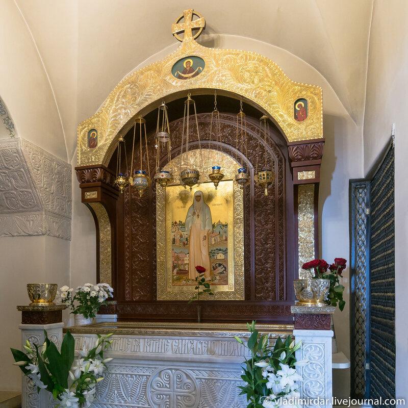 Мощи и плащаница свщм. великой княгини Елизаветы Федоровны в придельной часовне Покровского собора