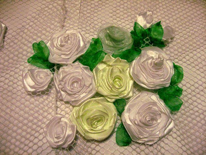 люстра украшенная розами из лент