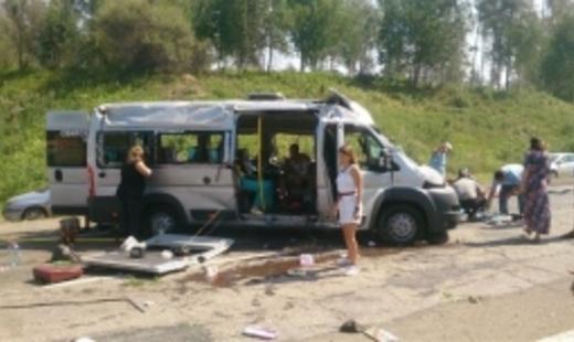 Под Иркутском опрокинулось маршрутное такси