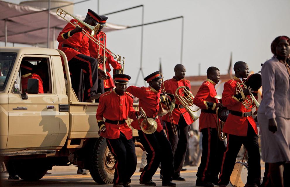 13. Члены оркестра Народной армии освобождения Судана прибыли к началу празднования дня независимост